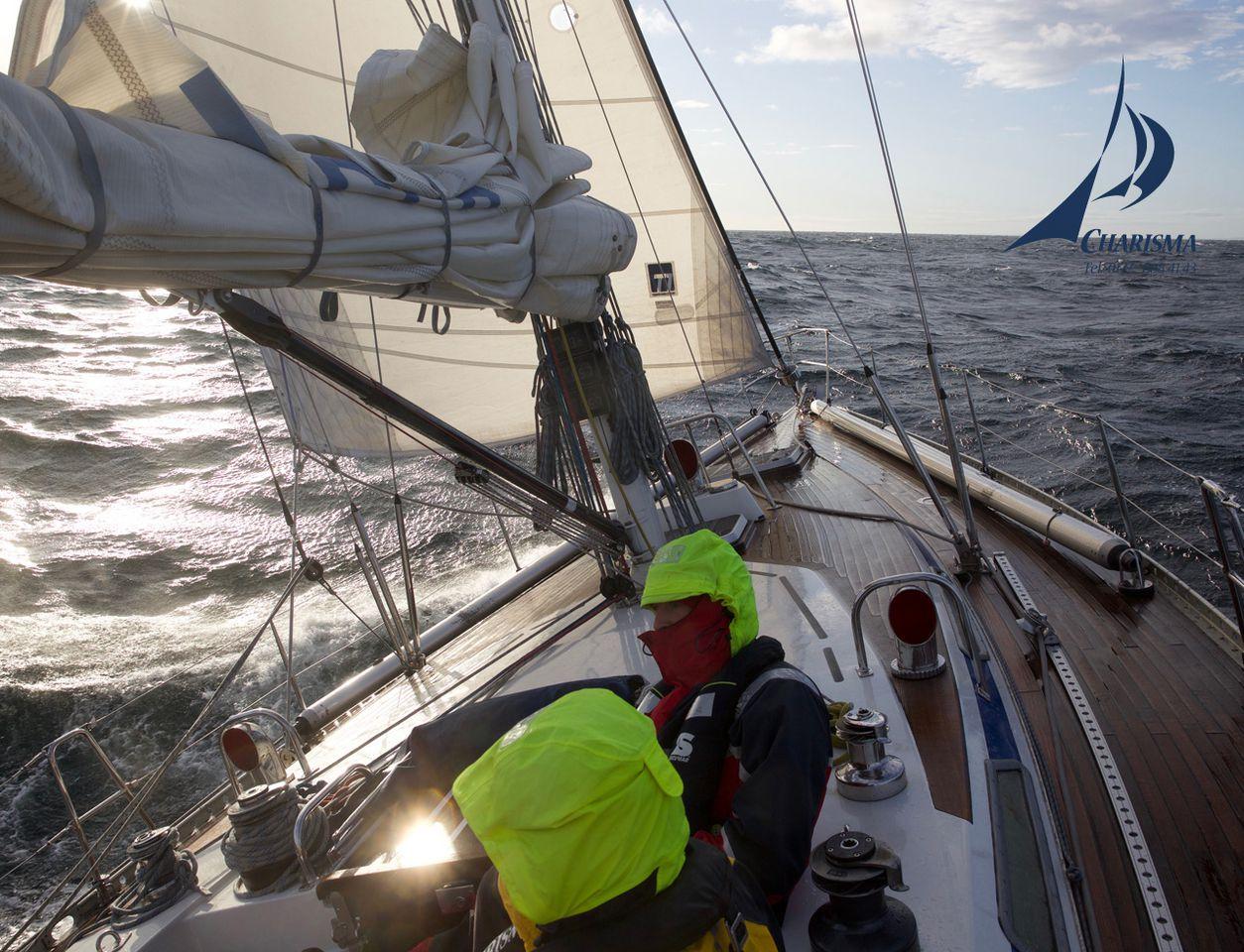 Crew im Cockpit bei überkommender See