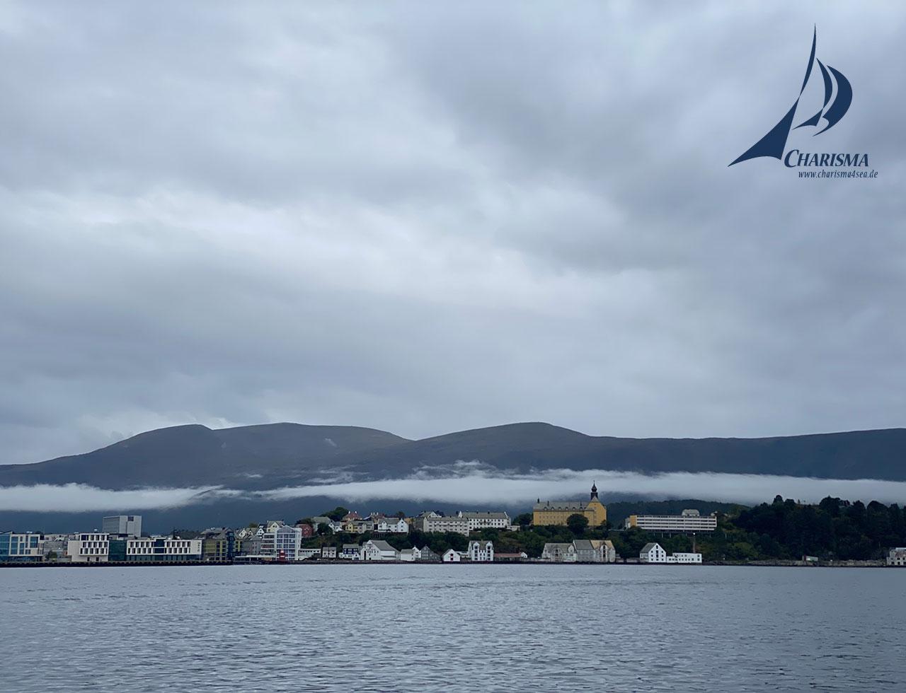 Tiefhängende Wolken über Ålesund